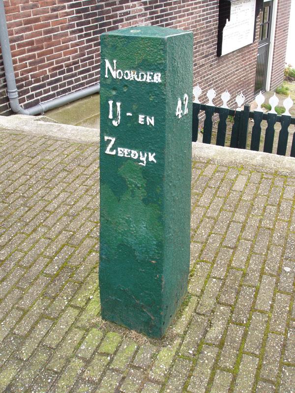Kilometerpaal bij de sluis tussen de Nieuwendammer haven en de achterliggende Die