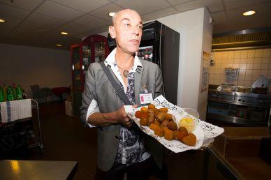 """Zij die Charl Bakker kennen, horen hem meteen in plat Amsterdams zeggen: """"Wil je lekkere warme ballen?"""""""