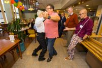 """""""Kijk Fred, zo doe je dat nou!"""" zegt Ollie tegen zijn partner, terwijl Carolien met haar vrouw Constance een demonstratie ballroom dancing weggeven"""