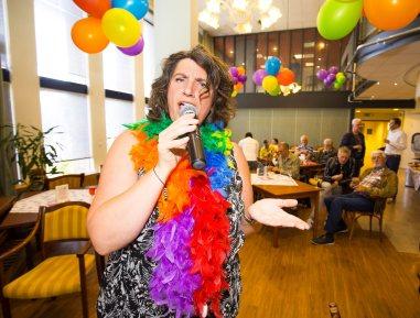 Irene Hemelaar geeft kleur aan het bestaan met haar zang en boa