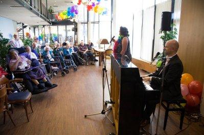 Duo Wilde Orchidee, bestaande uit Irene Hemelaar en Paul Tijink vermaken de bewoners van De Poort met hun zang en muziek