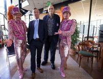En hierbij presenteren wij u... wethouder Eric van der Burg en team-manager Peter Schröder! zeggen de Gebroeders Grimm zonder woorden