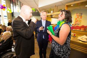 Wethouder Eric van der Burg (midden) in een gezellig onderonsje met links Paul Tijink en rechts Irene Hemelaar van Duo Wilde Orchidee