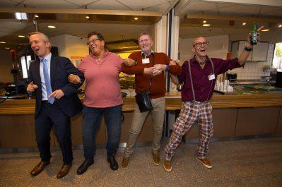Lekker meezwingen met de Amsterdamse medlie, van links naar rechts: wethouder van der Burg, Constance Steenkamp-Faaij, Fred Peeters en Ollie Peeters