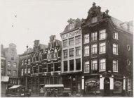 Het pand van Flesseman in 1915, ernaast twee panden van Hendrick de Keyser